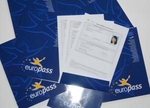 Das Zeugnis für ein Auslandspraktikum besteht aus einer Mappe und vier Seiten Text unterschrieben von allen Beteiligten.